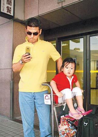 孙志浩(左)和女儿梧桐妹目前在洛杉矶