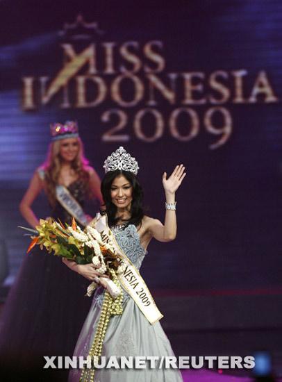2009印尼小姐选美冠军的克瑞尼娜-桑尼-哈利姆向观众致意