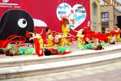 新星双语幼儿园的小朋友在表演节目