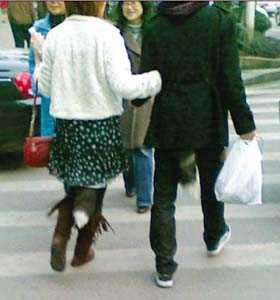 情侣街头秀狐尾装 怪异潮流惊倒众时尚网友图