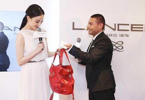 lancel品牌艺术总监leonelloborghi向倪妮赠送限量的premierflirt水桶