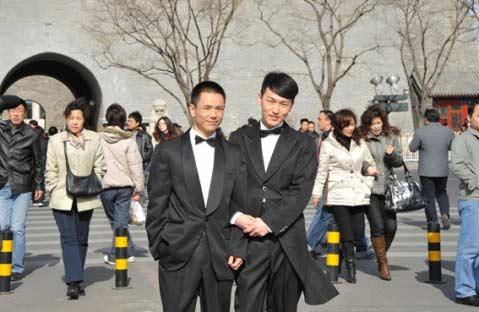 同性恋情侣街头拍结婚照