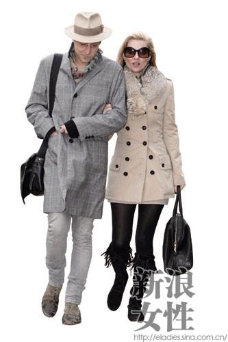 两个人的  着装风格都十分相似