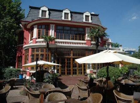 老洋房花园餐厅的小楼掩藏在安静的绍兴路上,一共三层,改造得分外规整。