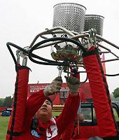 热气球飞行员在检修设备