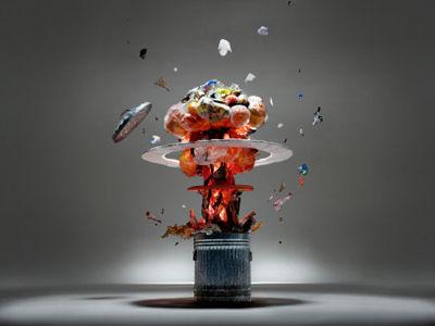 有人将一瓶瓶用过的食用油倒入回收中心的大垃圾桶内