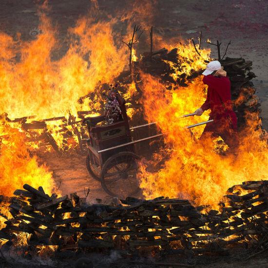 聂小涵作品《火焰上的舞蹈》