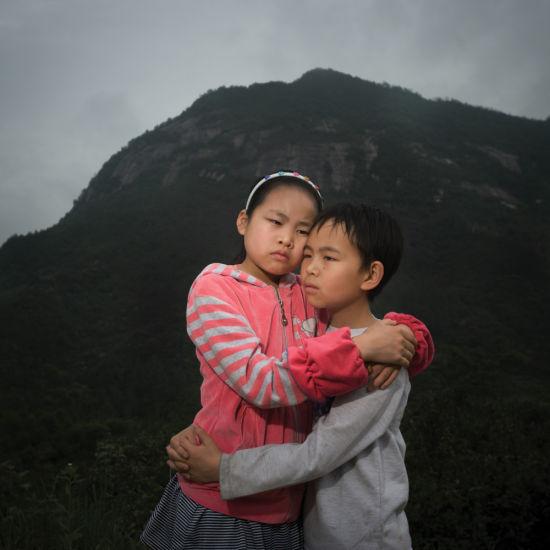 年度潜力摄影师奖提名作品:唐俊《想妈的孩子》