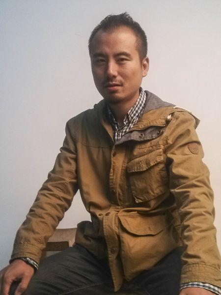 自由摄影师。1977年出生于南京,1999年毕业于南京师范大学美术学院。自 2006 年起,在中国、奥地利、比利时、法国等地举办摄影展 20 余次。2008年,凭借作品《梅雨》获得奥地利特伦伯超级摄影巡回展杰出作品金牌奖,《神话村》 获得2009爱普生新视界大赛银奖。现工作生活在南京。