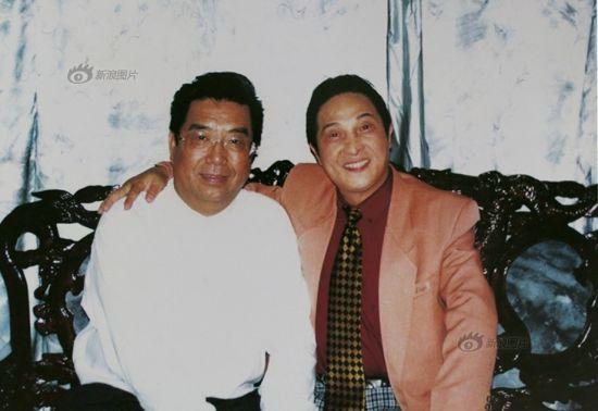 原图说:著名歌唱家、国家一级演员李双江先生拜会大师时与大师合影留念,并为大师题词。