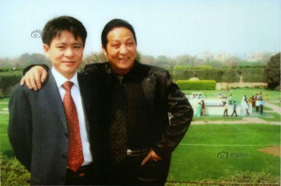 原图说:大师的徒弟邹勇先生与大师在印度新德里合影留念。