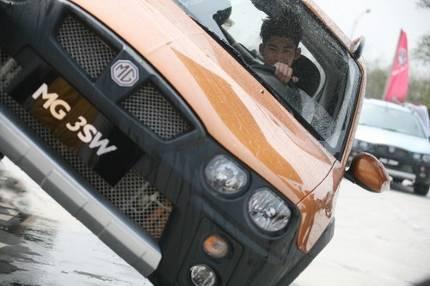 《一起来看流星雨》中云海驾驶MG 3SW进行赛车比赛。