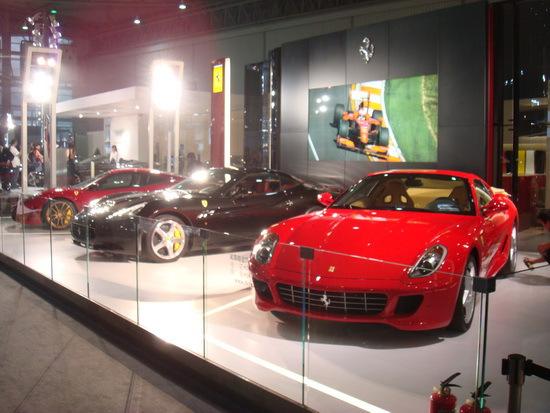 法拉利展台展出了三款主力车型