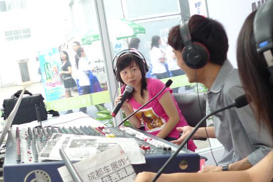 新浪汽车主持人陈怡静在四川交通台成都车展直播间现场与听众交流