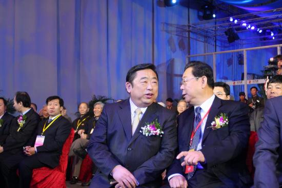 上图为上汽集团董事长胡茂元(左)