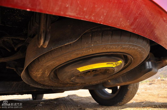 备胎隐藏在车底的位置