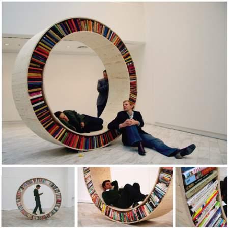 NOTCH展示作品:书架,悬空的大圆筒、可以滚动的大圆轮,其实都是设计师打造的概念书架,置身在这样的书架中,读书又多了一份乐趣。