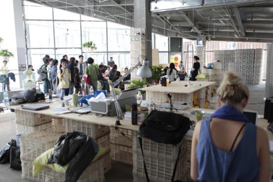 在对外开放的工作室中,桌子、椅子、架子都是用置物箱堆砌而成的。发掘身边物品的其他作用,创作的灵感就源自于生活的点滴。