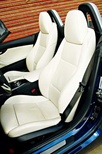 与前任产品一样,新Z的座椅也是布置在了后轴的前面,而且坐姿极低