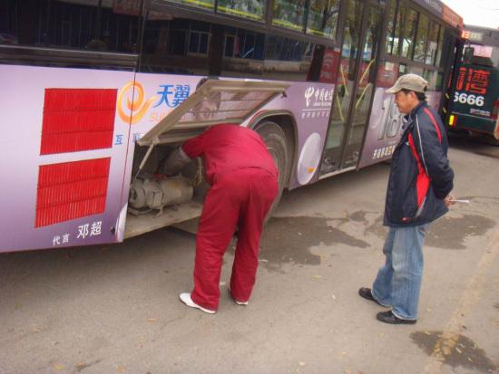 宇通客车工作人员为客户检修客车