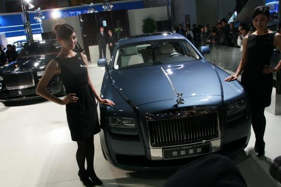 第七届中国(广州)国际汽车展览会上首次于中国华南地区展出其最新四门超豪华轿车――古思特(Ghost)。
