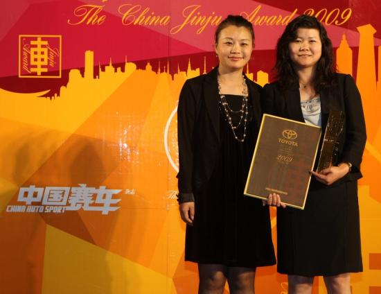 十佳车型-丰田RAV4,领奖嘉宾-一汽丰田汽车销售有限公司公关室经理马春萍女士,颁奖嘉宾-百度影视总经理魏惠娟女士。