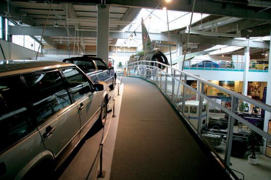 顶着VOLVO商标的还有些不太为人所知的产品,比如游艇发动机、航空设备和建筑工程机械