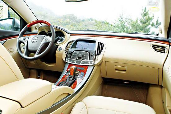 新君越车内的设计注重宁静,桃木装饰的浅色内饰是国人对这一级别车型的喜好