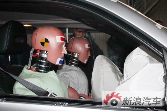 新奇骏正面100%碰撞测试中气囊均顺利打开