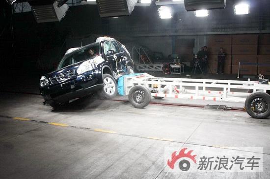 新奇骏接受移动壁障侧面碰撞测试