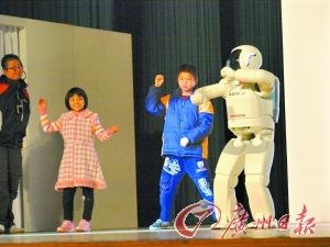 ASIMO与小朋友跳舞