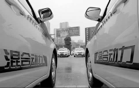 印有混合动力标志的出租车