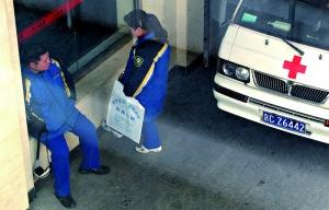 昨日上午,武警北京市总队医院,发生追尾的677路公交车司乘人员等在急诊室门口。本报记者 杨杰 摄