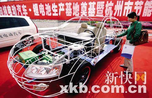 一款电动汽车模型。新华社发