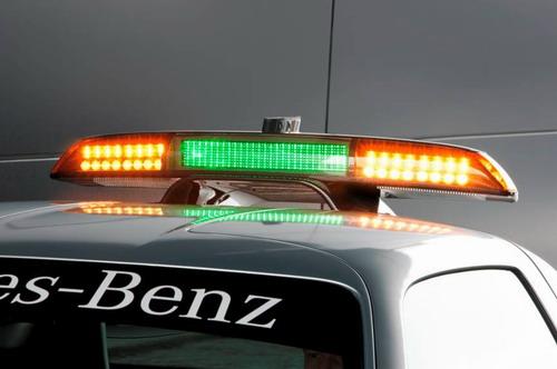 车顶灯架的绿色和橘色LED灯