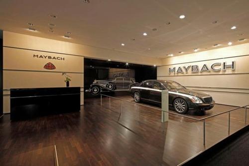 迈巴赫巅峰之作齐柏林与众多梅赛德斯-奔驰车型交相辉映,成为星徽阵容中的璀璨明珠