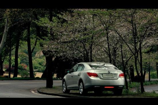 樱花零落的季节,驾驶这这样一款车穿梭在花瓣的飞舞中是一种情调