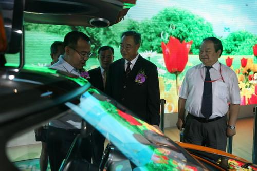 中国机械工业联合会会长王瑞祥(前中)、副会长张小虞(前右)等在吉利公关总监杨学良陪同下参观吉利展台