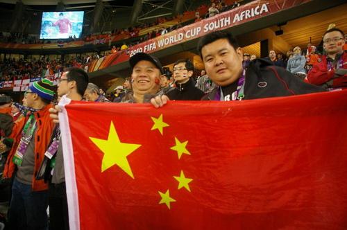 宝马车主在世界杯半决赛比赛现场,高举国旗