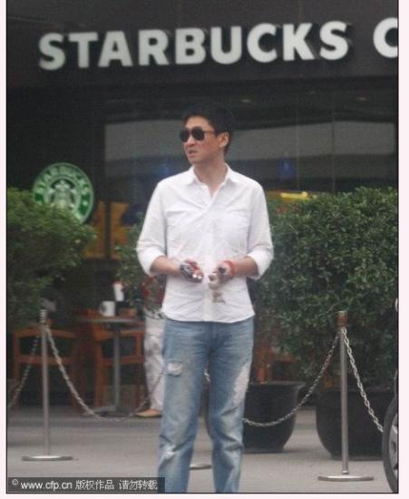 周杰从咖啡馆中走出