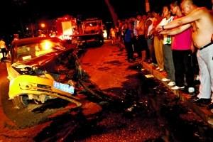 被撞的出租车受损严重。本报记者 吴江 摄