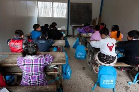 """在新搭建的临时教室中上课的""""奥迪童梦圆""""孩子们"""