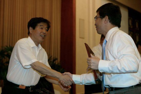 上海市副市长胡延照为上海通用汽车颁发荣誉 证书