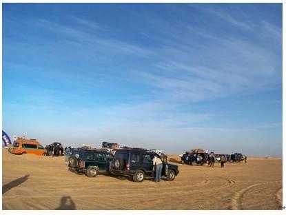 图一:在埃及沙漠训练的车队