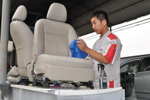 工作人员现场对二手车座椅进行严格清洗