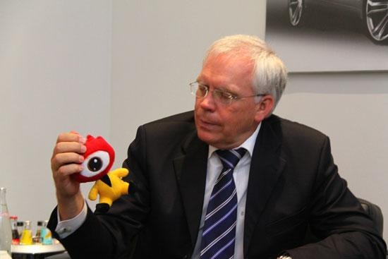 大众汽车品牌技术研发董事哈肯伯格博士对新浪吉祥物很感兴趣
