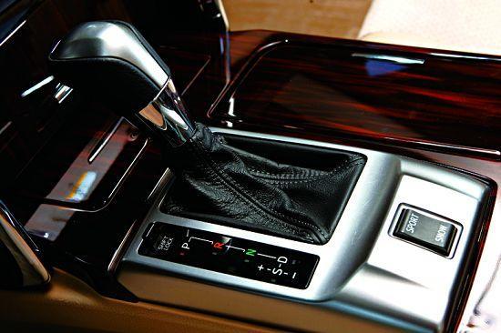 换挡杆相比上一代车型更显豪华,使用手感优异