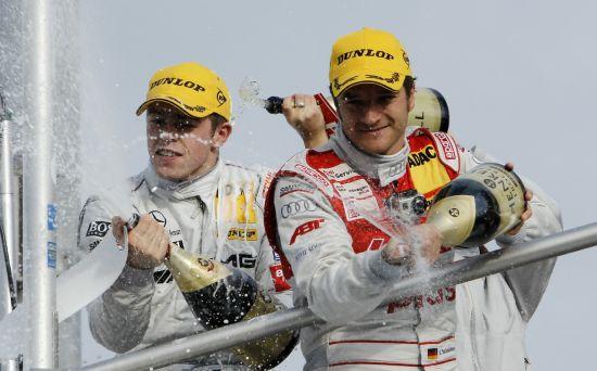 颁 奖仪式上获得冠军的保罗・迪・雷 斯塔(左)和亚军蒂姆・谢德(右 )开心地喷洒胜利的香槟