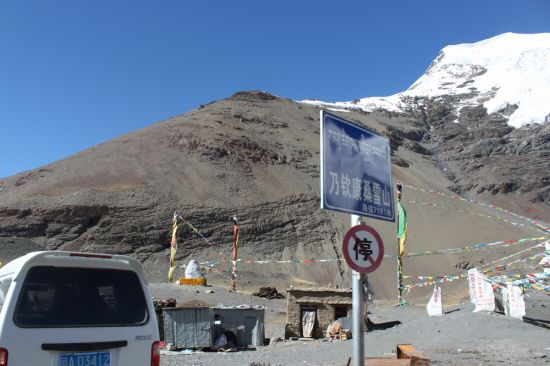在卡若拉冰川下挂经幡
