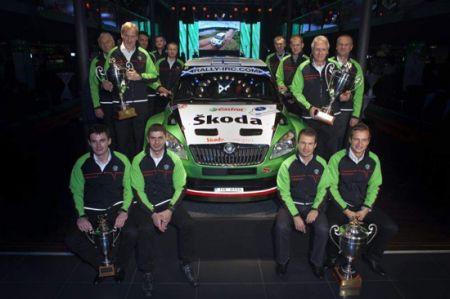斯柯达董事会主席范安德与斯柯 达车队成员在Fabia S2000前合影